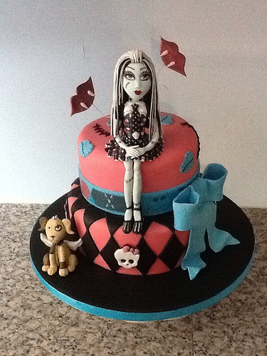 clawdeen wolf cake